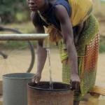 Femme tirant de l'eau au Mozambique